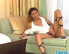 Seductive nubian tranny shows amazing booty